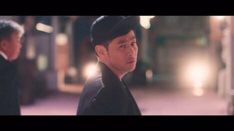 吉本坂46「泣かせてくれよ」のミュージックビデオのワンシーン。