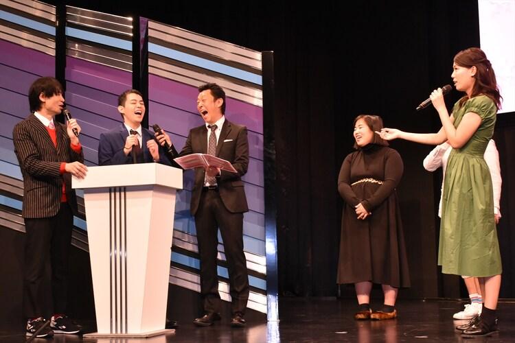 前回決勝でのやりとりが話題となった濱田祐太郎(左から2人目)と紺野ぶるま(右端)。