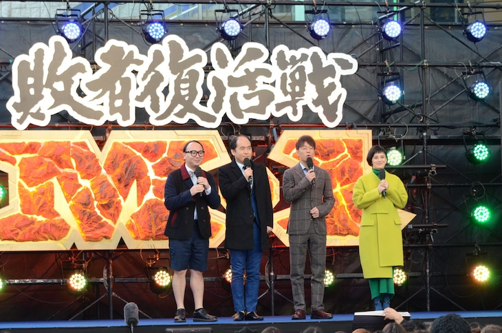 「M-1グランプリ2018」敗者復活戦のテレビ中継に出演したトレンディエンジェル、陣内智則、ホラン千秋(左から)。