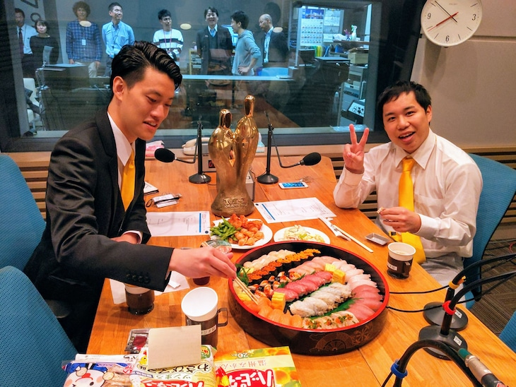 霜降り明星。ケータリングの寿司を味わう。(c)ABCラジオ