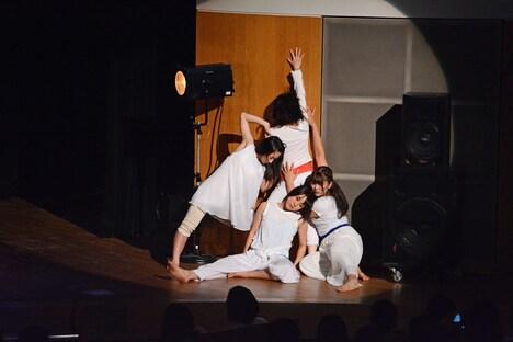コンテンポラリーダンスを披露する「ミーサ・ダンススペース」の講師・生徒たち。