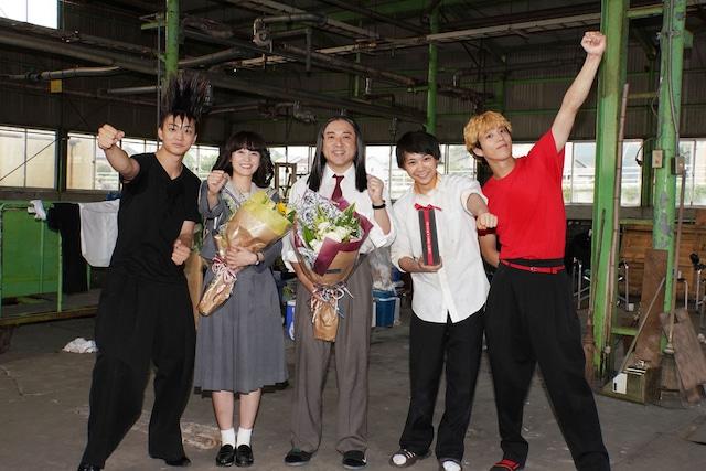 左から伊藤健太郎、清野菜名、ムロツヨシ、須賀健太、賀来賢人。