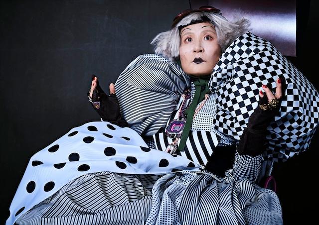 コンピューターおばあちゃんに扮する片桐はいり。(c)NHK