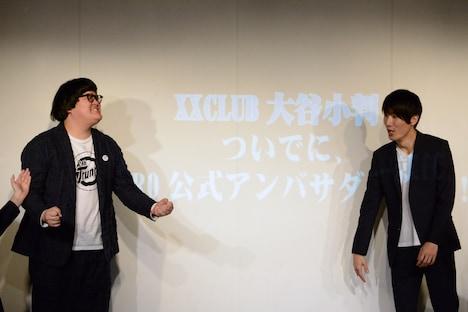 「K-PRO公式アンバサダー」に選ばれて喜ぶXXCLUB・大谷小判(左)。