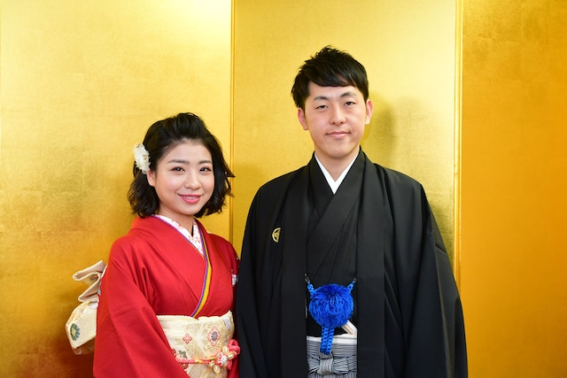 結婚を発表した井上安世(左)と吉田たち・ゆうへい(右)。