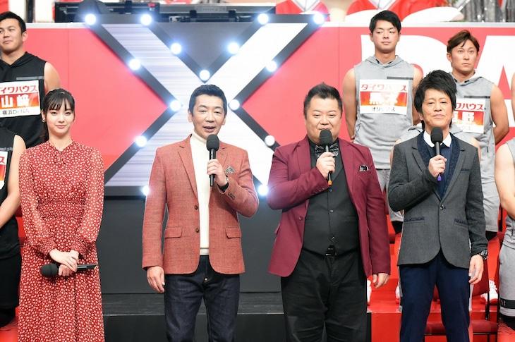 左から新川優愛、宮根誠司、ブラックマヨネーズ。(c)読売テレビ
