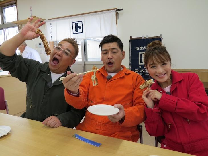 「サンドのこれが東北魂だ ニッポン全国!アツいぜ!おでん 三陸・石巻より愛をこめて」に出演する(左から)サンドウィッチマン、鈴木奈々。(c)TBC東北放送