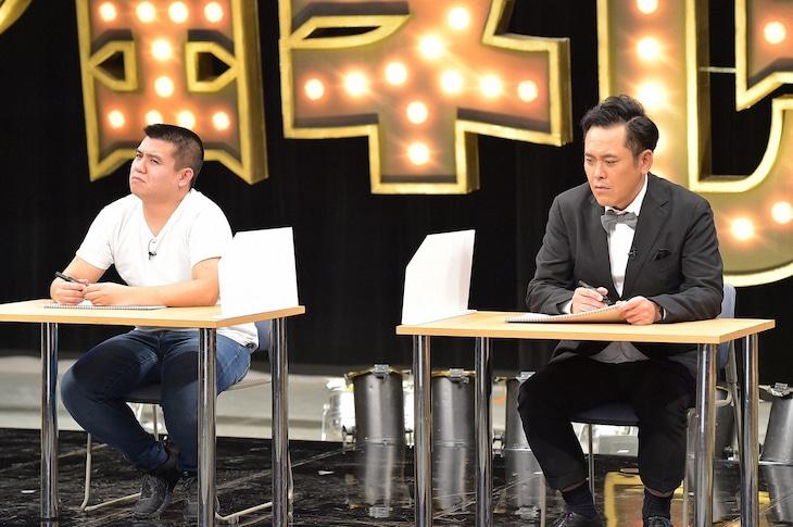 「有田ジェネレーション」でクイズバトルを繰り広げる(左から)ジェラードン西本とくりぃむしちゅー有田。(c)TBS