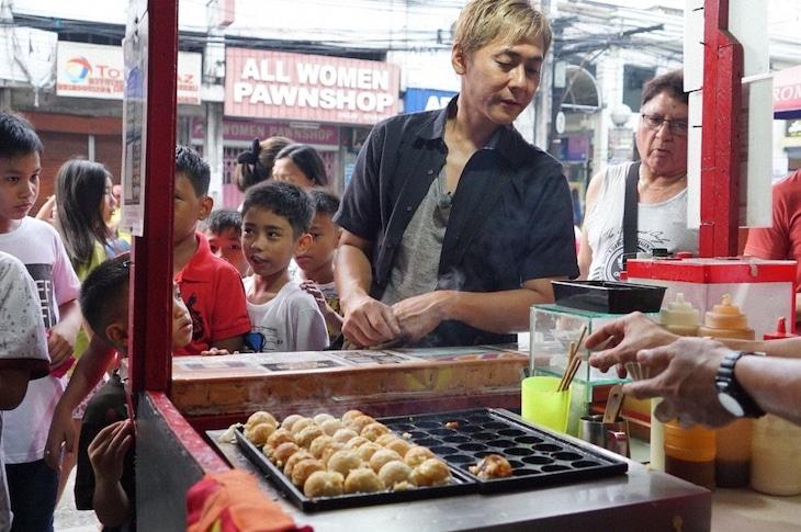 フィリピンの屋台でたこ焼きを見つけたヒロシ。(c)BS朝日