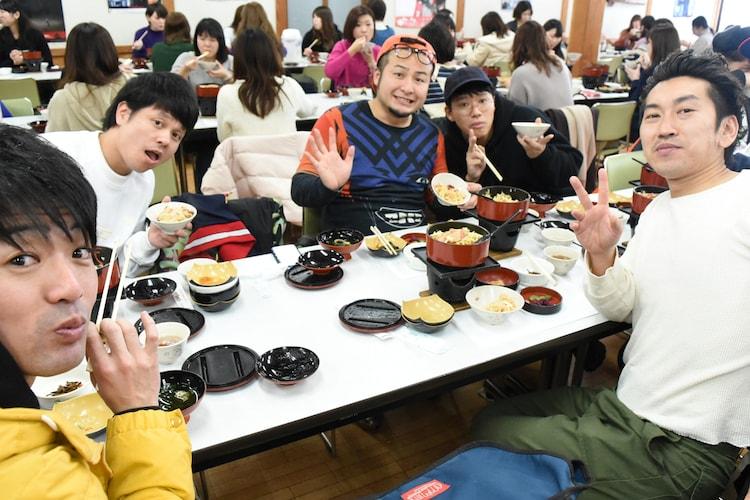 1日目の昼食を味わう(左から)アイロンヘッド辻井、ダブルアート・タグ、バンビーノ石山、ミキ亜生、ツートライブ周平魂。