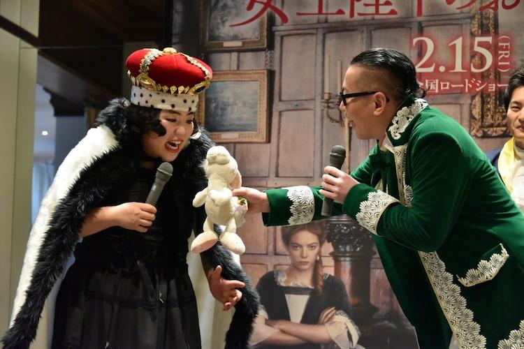 ゆりやんレトリィバァ(左)にウサギのぬいぐるみをプレゼントしようとする髭男爵・ひぐち君(右)。