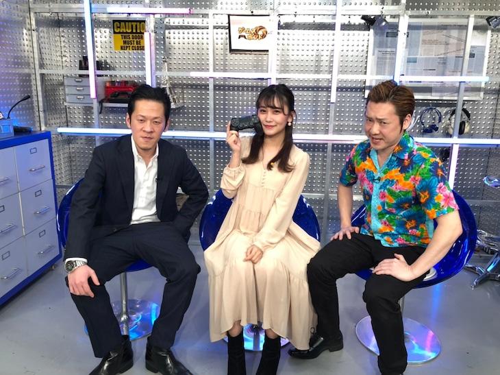 「ゲームズ・ボンド」に出演するペンギンズと小嶋真子(中央)。(c)テレビ朝日