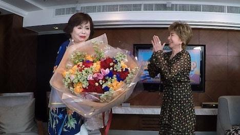 上沼恵美子(左)が十朱幸代(右)から花束を渡された場面。(c)関西テレビ