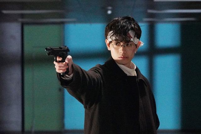 菅田将暉演じる柊一颯が銃を構える場面。