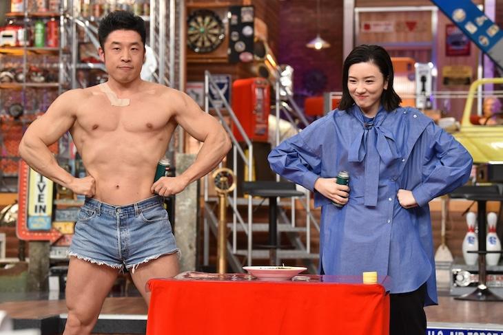 左からなかやまきんに君、永野芽郁。(c)日本テレビ
