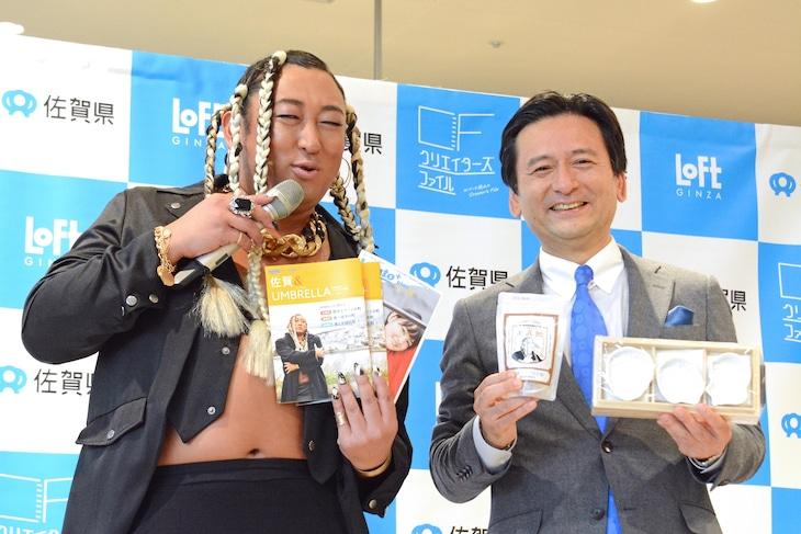 左からUMBRELLA、山口祥義知事。