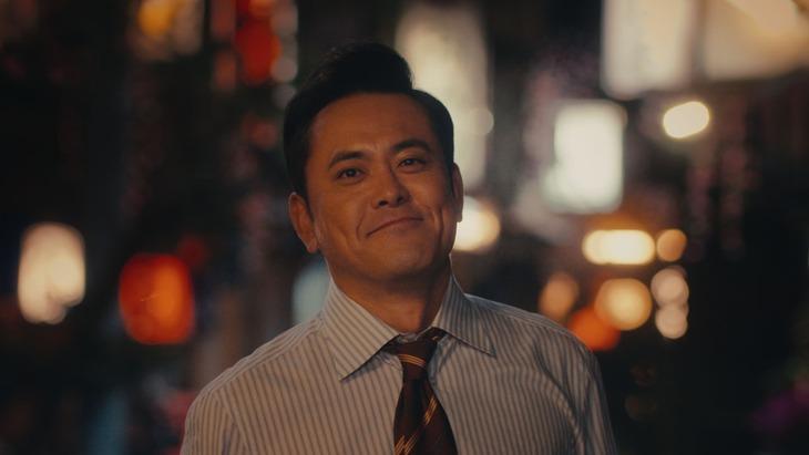 「笑顔に疲れた一日篇」より、くりぃむしちゅー有田演じる会社員。