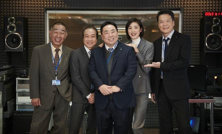 天海祐希(右から2人目)主演ドラマ「緊急取調室」に出演するドランクドラゴン塚地(中央)。(c)テレビ朝日