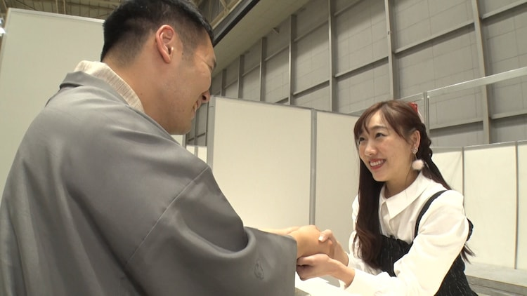 須田亜香里(右)の握手会を神田松之丞(左)が体験するワンシーン。(c)テレビ朝日