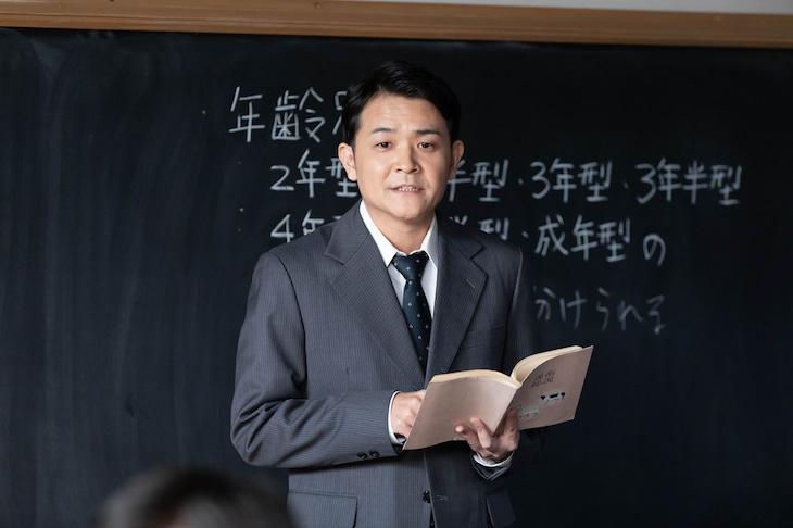「なつぞら」で先生を演じる千鳥ノブ。(c)NHK