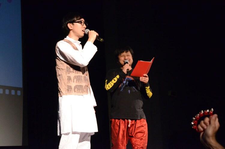 上映前、観客を盛り上げるこがけん(左)とダイノジ大谷(右)。