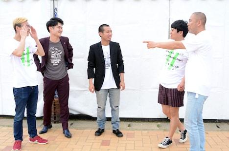 バックスペースで戦士の3人と話すミキ亜生(右から2人目)とコロコロチキチキペッパーズ・ナダル(右端)。