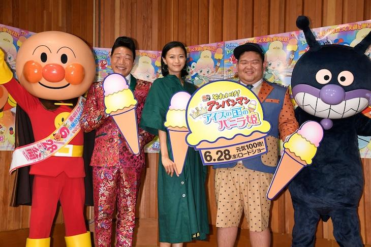 左からアンパンマン、ANZEN漫才みやぞん、榮倉奈々、ANZEN漫才あらぽん、ばいきんまん。