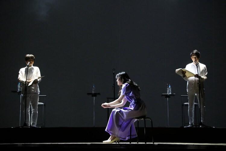 「Wイシダ朗読劇『USHIROMUKI』」の様子。
