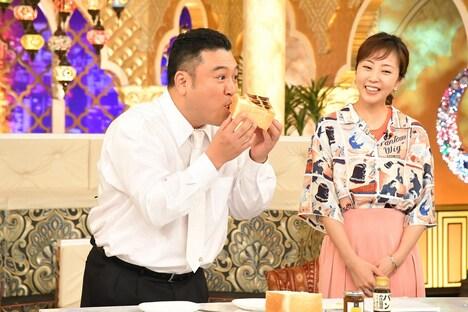 「櫻井・有吉THE夜会」に出演する(左から)アンタッチャブル山崎、木南晴夏。(c)TBS