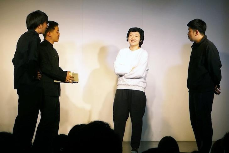 ライブ「東京初鰹」でユニットコントを繰り広げた(左から)ザ・マミィ、吉住、岡野陽一。写真はコント終了後のエンディングの様子。
