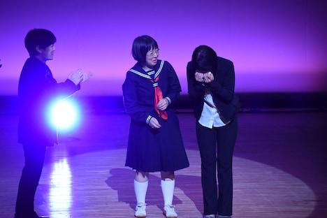 感極まる阿佐ヶ谷姉妹・江里子(右)。