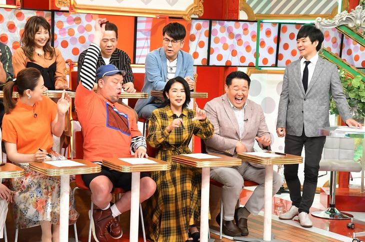 「名医のTHE太鼓判!SP」に出演する野性爆弾くっきー(前列左から2人目)ら。(c)TBS