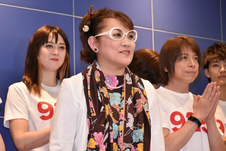「山田邦子芸能生活40周年記念公演『山田邦子の門』」に出演する、山田邦子(中央)ら。