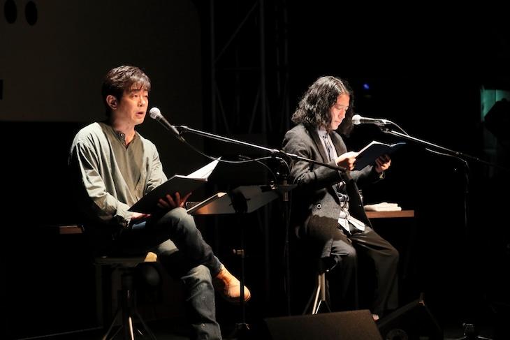左から宮沢和史、ピース又吉。