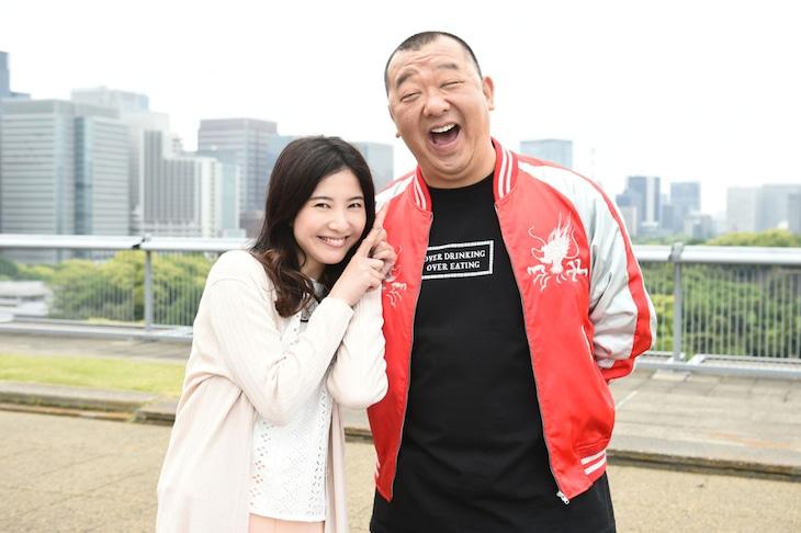 主演の吉高由里子(左)と7話から参加するTKO木下(右)。(c)TBS