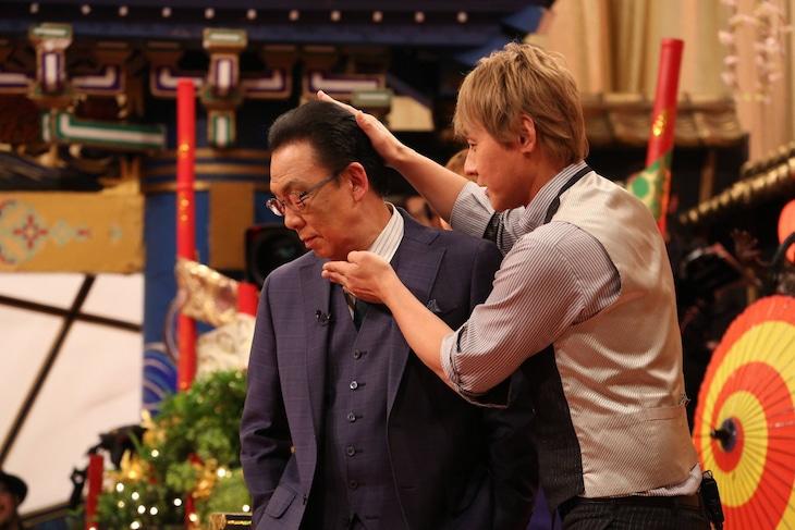 「梅沢富美男のズバッと聞きます!」に出演し、「ヒロシです」ネタの首の角度を梅沢富美男(左)にレクチャーするヒロシ(右)。(c)フジテレビ