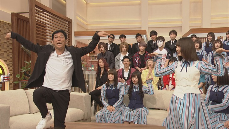 日向坂46の「キュンキュンダンス」に挑戦する明石家さんま(左)。(c)NHK