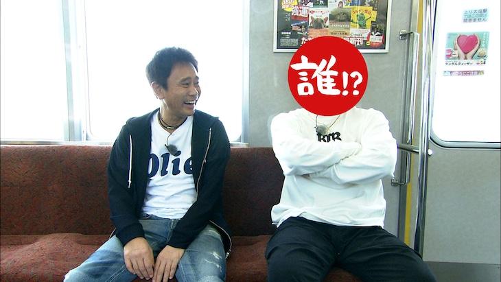 阪神尼崎駅へ向かうダウンタウン浜田(左)と今回のロケの相方。(c)MBS
