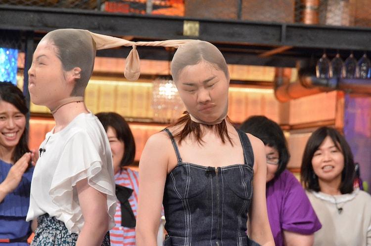 パンストを被った(左から)尼神インター誠子、須田亜香里。(c)読売テレビ