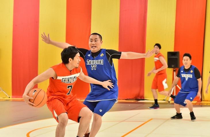 ハナコ岡部が出演する「炎の体育会TVSP」のバスケ対決のワンシーン。(c)TBS