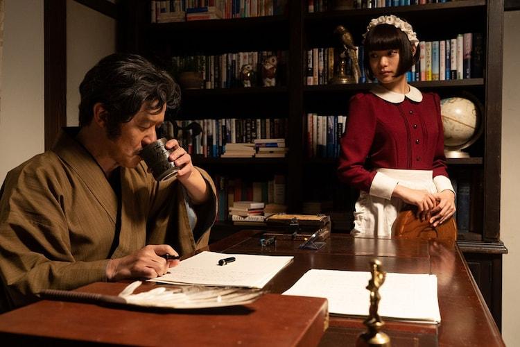 コント「屋敷の怪物」で2人芝居を繰り広げる内村光良(左)と杉咲花(右)。(c)NHK