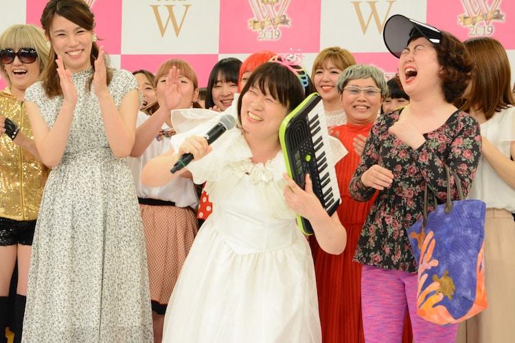「山田邦子サイコー!」と笑顔を見せるまとばゆう。