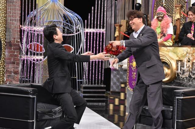 左から有吉弘行、嶋大輔。(c)日本テレビ