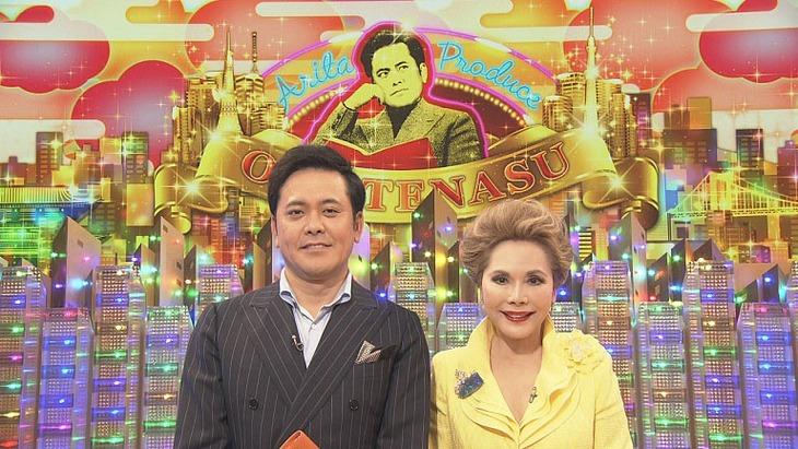 左からくりぃむしちゅー有田、ゲストのデヴィ夫人。