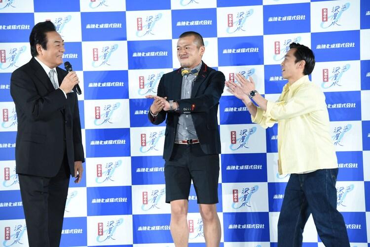 """高橋英樹のアンバサダー就任を祝う""""先輩""""カミナリ(右から2人)。"""