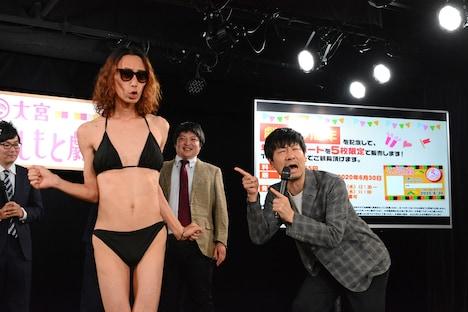 水原希子になりきるGAG坂本(左)。