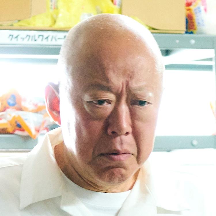六平直政 (c)「びしょ濡れ探偵 水野羽衣」製作委員会