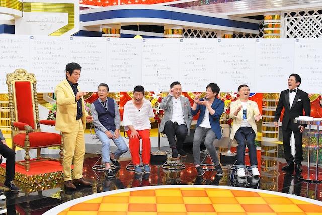 明石家さんま(左端)の誕生日を祝う「明石家電視台」メンバー。(c)MBS
