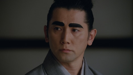 新CM「こころの茶屋 太眉」編のワンシーン。