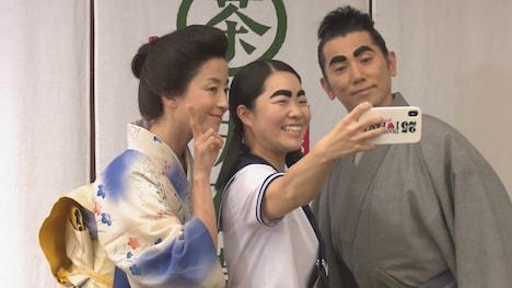 撮影終了後に記念撮影する(左から)宮沢りえ、イモトアヤコ、本木雅弘。
